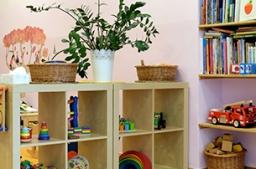 <h2>Spielzimmer</h2><p class='popupTxt'>Jede Menge Spielraum und eine ruhige Kuschelecke zum Lesen und Ausruhen</p>